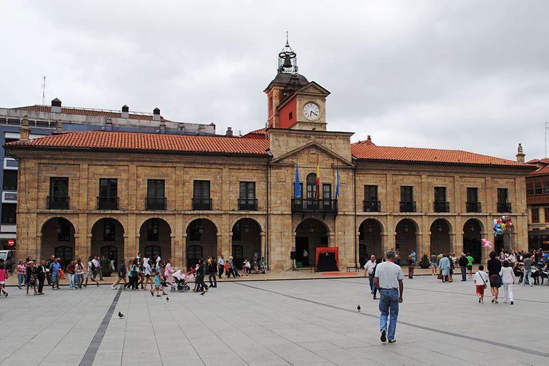File:Avilés, Ayuntamiento, Plaza de España.JPG
