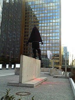Balanceakt von Balkenhol vor dem Axel-Springer-Hochhaus einpackt