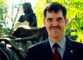 Bernd Wedekind, Mitglied des Welfenbundes, während der Feierlichkeiten zur Präsentation der restaurierten Grabstätte von Oberhofmarschall Ernst von Malortie auf dem Herrenhäuser Friedhof in Hannover.jpg