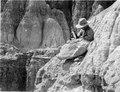 Betjänten Sigfrid i färd med att gräva fram ett mastodonkranium. Lokal, Tarijadalen, Bolivia - SMVK - 003670.tif