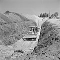 Bevloeiingsproject in de Negevwoestijn Twee bulldozers in een greppel die gegra, Bestanddeelnr 255-4764.jpg