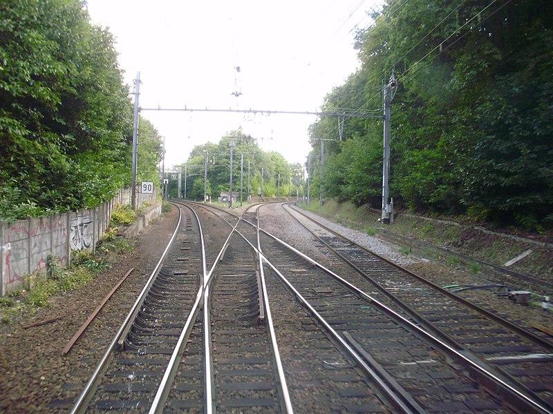 Bifurcation de Bois Cassé, sur le territoire de Saint-Cyr-l'École, Yvelines, France: à gauche, voies vers la gare de Saint-Cyr; à droite: raccordement dit de Saint-Cyr vers la gare de Saint-Quentin-en-Yvelines utilisé uniquement par les trains de fret