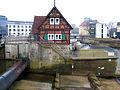 Blick vom Maschinenhaus über das Walzenwehr zum Stauwärterhaus an der Aller, Walzenwehr in Celle, Torplatz 3.jpg