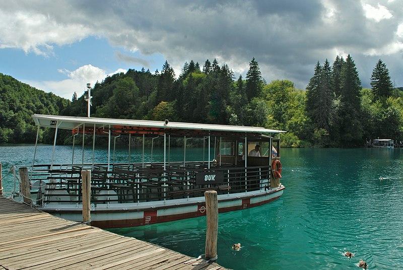File:Buk boat at the pier of lake Kozjak.jpg