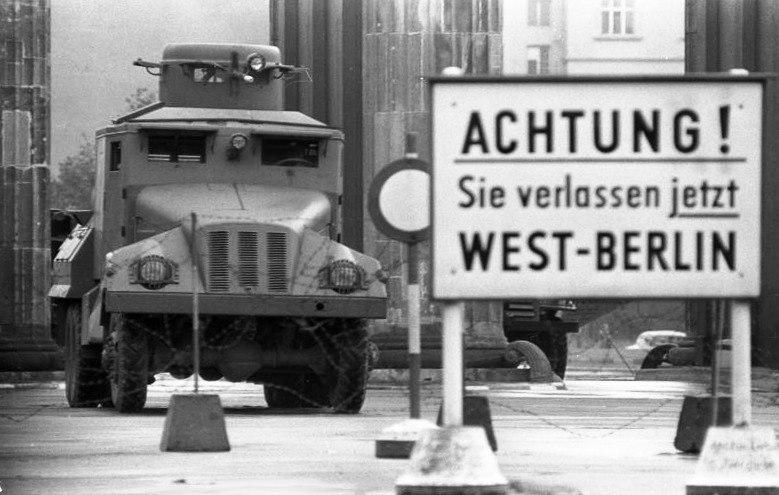Bundesarchiv Bild 173-1282, Berlin, Brandenburger Tor, Wasserwerfer