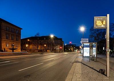 Bushaltestelle Neue Aula in Tübingen zur blauen Stunde 2019.jpg