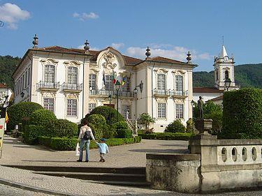 Câmara Municipal e igreja matriz da Lousã.jpg
