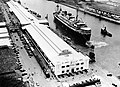 COLLECTIE TROPENMUSEUM Een schip van de Stoomvaart Mij Nederland verlaat de haven van Tandjoengpriok Batavia Java TMnr 10008009.jpg