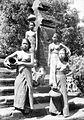 COLLECTIE TROPENMUSEUM Portret van een viertal vrouwen met kruiken op Bali of Lombok TMnr 10005335.jpg