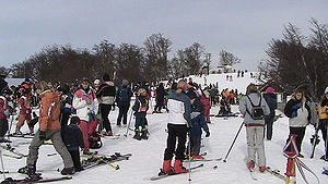 Esquiadores na estação de Cerro Bajo, para iniciantes