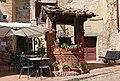 Certaldo Alto Brunnen bei Bar Boccaccio.jpg