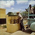 Collectie Nationaal Museum van Wereldculturen TM-20029698 Mannen halen water bij een waterput waarbij het water wordt opgepompt door middel van windkracht Bonaire Boy Lawson (Fotograaf).jpg