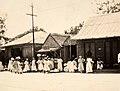 Collectie Nationaal Museum van Wereldculturen TM-60062074 Groep vrouwen op straat met manden vol wasgoed Jamaica fotograaf niet bekend.jpg