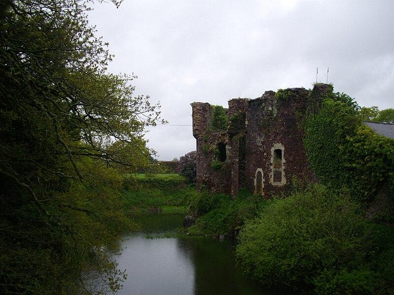 L'ancien rempart féodal du château de Comper, qui héberge le Centre de l'Imaginaire Arthurien