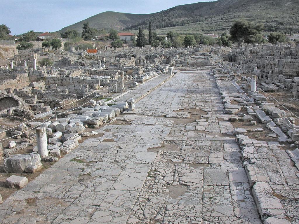 Corinto, Resti di una strada del centro abitato dans immagini 1024px-CorintoScaviStrada