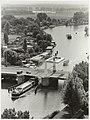De Schouwbroekerbrug over het Spaarne gezien vanaf het dak van het Spaarne Ziekenhuis in Heemstede. NL-HlmNHA 54035052.JPG