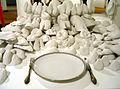 Edin Bajrić hat angerichtet und bittet zu Tisch mit Köstlichkeiten von Paarhufern und aus Gemüse in reinem Weiß auf der Art (F)Air 2012, Messe für zeitgenössische Kunst in Hannover.jpg