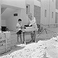 Een nieuwbouwwijk in Dimona. Een man is bezig een trapnaaimachine van het merk A, Bestanddeelnr 255-3568.jpg