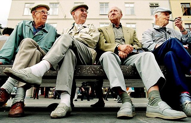 Золотые годы? Почему британцы наиболее счастливы в 16 и 70 лет, а наименее - в 20 или 50?