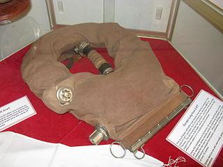 Escape set Self contained breathing apparatus providing gas to escape from a hazardous environment