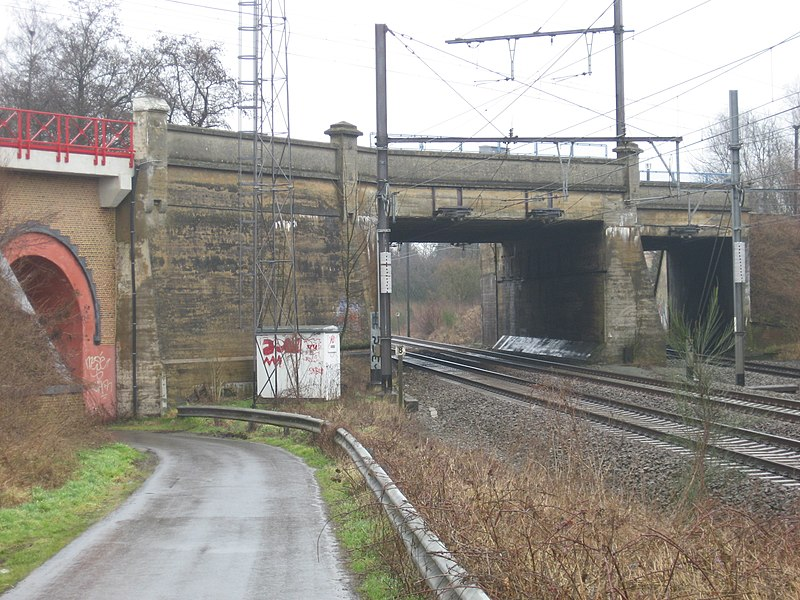 The crossing off the railway lines 50 and 50A. Line 50A, the expres line Brussels - Gent is above. Beneath is the old railway line Brussel North, Denderleeuw, Aalst en Gent. The furtest track is a connecting curve to the line line 50A.