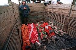 Cadáveres en un camión. Foto de Mijail Evstafiev.