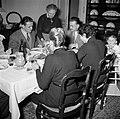 Familie met gasten aan de maaltijd, Bestanddeelnr 252-9365.jpg