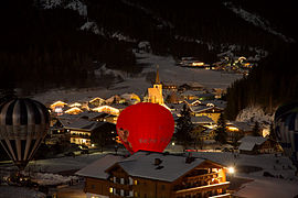 Filzmoos night view with balloons 01.jpg