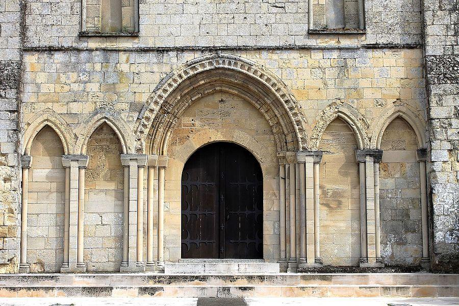 Portail occidental de l'église Saint-Pierre de Fontaine-Étoupefour (Calvados)
