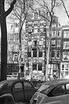 foto van Pand met gekuifde halsgevel gevelvlak vernieuwd en van een balcon voorzien