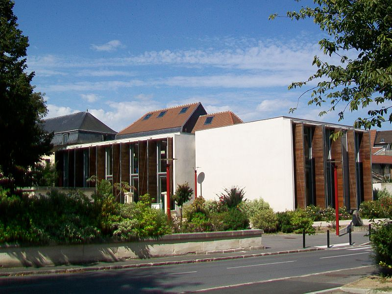 Le centre culturel de Coulanges, avec la bibliothèque George Sand et la médiathèque, rue Saint-Nicolas. Ce complexe intègre l'ancien manoir de la ferme de Coulanges.