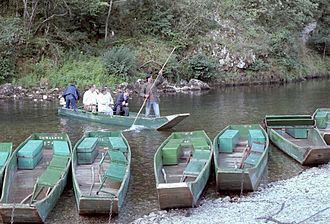 Tarn (river) - A boatman with some tourists begins a ride through the Gorges du Tarn