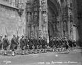 Guarda Real dos Archeiros à entrada do mosteiro dos Jerónimos (190?) - António Novais.png