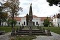 Gyulafehérvár, az 1866. évi Custozzai csata emlékére állított obeliszk, a háttérben a Tiszti kaszinó épülete - panoramio.jpg