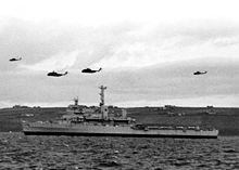 La HMS Fearless nella baia di Sinclairs alle Falkland durante la guerra del 1982.