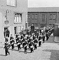 Harmonie Phileutonia marcherend, uiterst links met hoge hoed fabrieksdirecteur J, Bestanddeelnr 255-8539.jpg