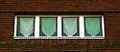 Heinemanhof Hannover, Fensterbänder verstärken die horizontale Ausrichtung des breit gelagerten Baukörpers.jpg