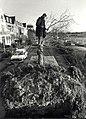 Het verwijderen van tien Lindenbomen aan de Kleverlaan. Aangekocht in 1991 van United Photos de Boer bv. - Negatiefnummer 33437 K 6 a. - Gepubliceerd in het Haarlems Dagblad van 07-12-1990. Identifica.JPG