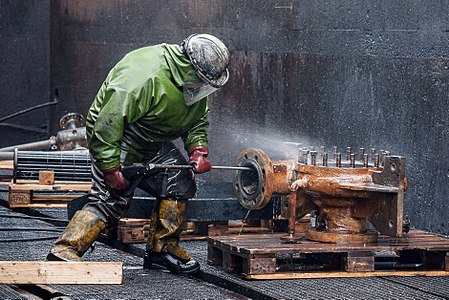 High pressure cleaning of pressure vessel parts.