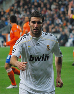 Higuain against Zurich 11-25-2009.jpg
