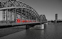 Hohenzollernbrücke rot-grau.jpg