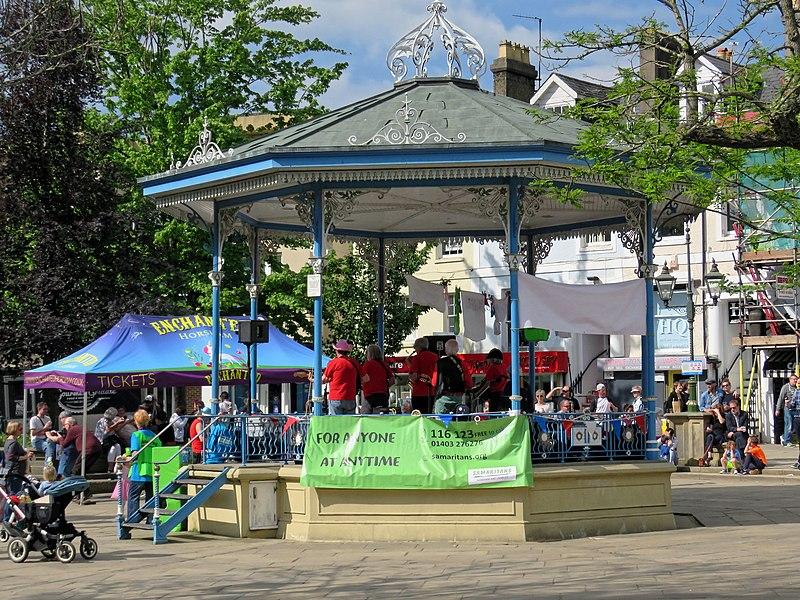 File:Horsham English Festival in Carfax, Horsham, West Sussex, England.jpg