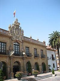 Fachada principal del hotel de la Reconquista