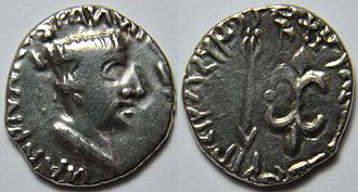 Nahapana - A coin of a silver drachma from Nahapana. Obv: Bust of the king crowned with a diadem on the right. Legend in Greek: ΡΑΝΝΙ (ω ΙΑΗΑΡΑΤΑϹ) ΝΑΗΑΠΑ (ΝΑϹ) Rev: An arrow to the left and a lightning to the right. Legend in kharoshthi on the left: Rano Chaharatasa Nahapanasa. Brahmi legend on the right: Rajna Kshaha (ratasa Nahapanasa).