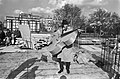 IJf Blokker (Barend Servet) op bouwput Leidse Bosje voor opnamen Met cello, Bestanddeelnr 926-3932.jpg