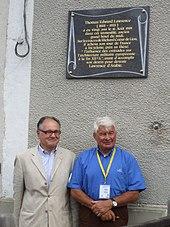 Raymond Poulidor et Guy Penaud inaugurant la plaque commémorant le passage de Lawrence d'Arabie à Châlus