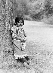 EDWARD SHERIFF CURTIS LE PHOTOGRAPHE DES AMÉRINDIENS 176px-Innocence%2C_an_Umatilla_child%2C_circa_1910