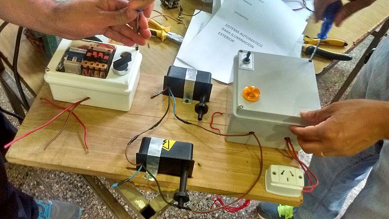 File:Instalaciones electricas armado de tablero.jpg