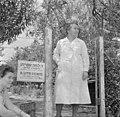 Israël 1948-1949; Ramath-Hasjawim (Ramot HaShavim). Mevrouw dr. Lotte Steinitz, kinderarts en -psychologe, staand voor ingang van haar praktijk. 255-0144.jpg