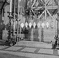 Jeruzalem, oude stad. Kandelaars en lampen boven de steen van de zalving in de H, Bestanddeelnr 255-1666.jpg